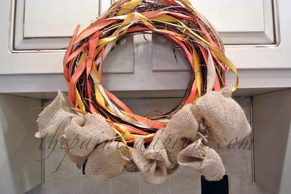 burlap trimmed wreath thepaintedapron.com