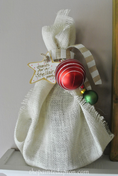 Christmas burlap wine wrap thepaintedapron.com