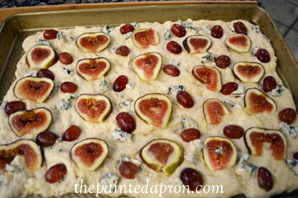 fig and grape foccacia thepaintedapron.com