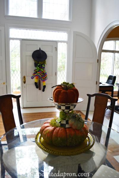 Halloween foyer thepaintedapron.com
