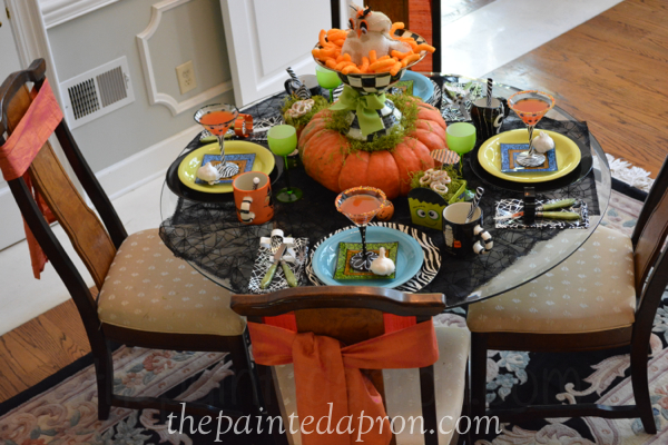Halloween table thepaintedapron.com