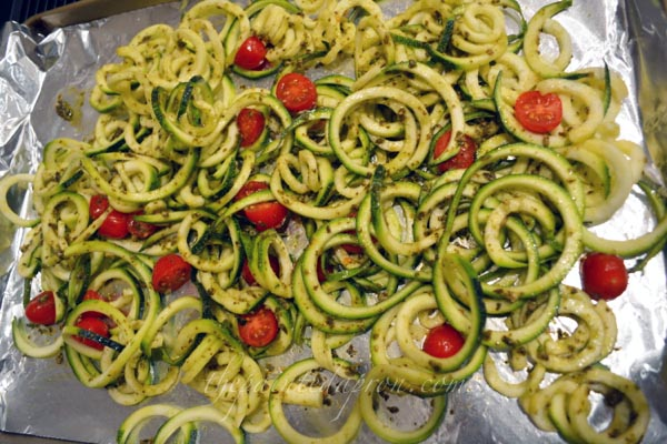 zucchini pasta with pesto thepaintedapron.com