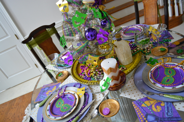 Mardi Gras party table 1 thepaintedapron.com