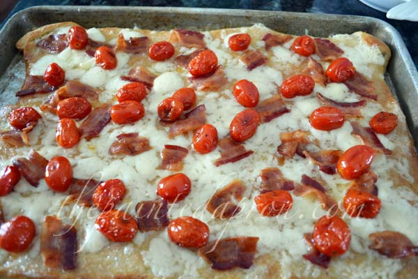 bacon and roasted tomato pizza thepaintedapron.com