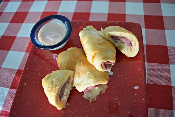 reuben-rolls-with-sandwich-sauce
